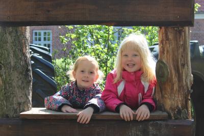 2 piger udenfor