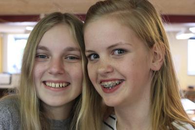 2 smilende piger