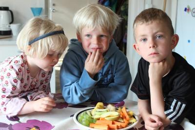 Børn der spiser frugt